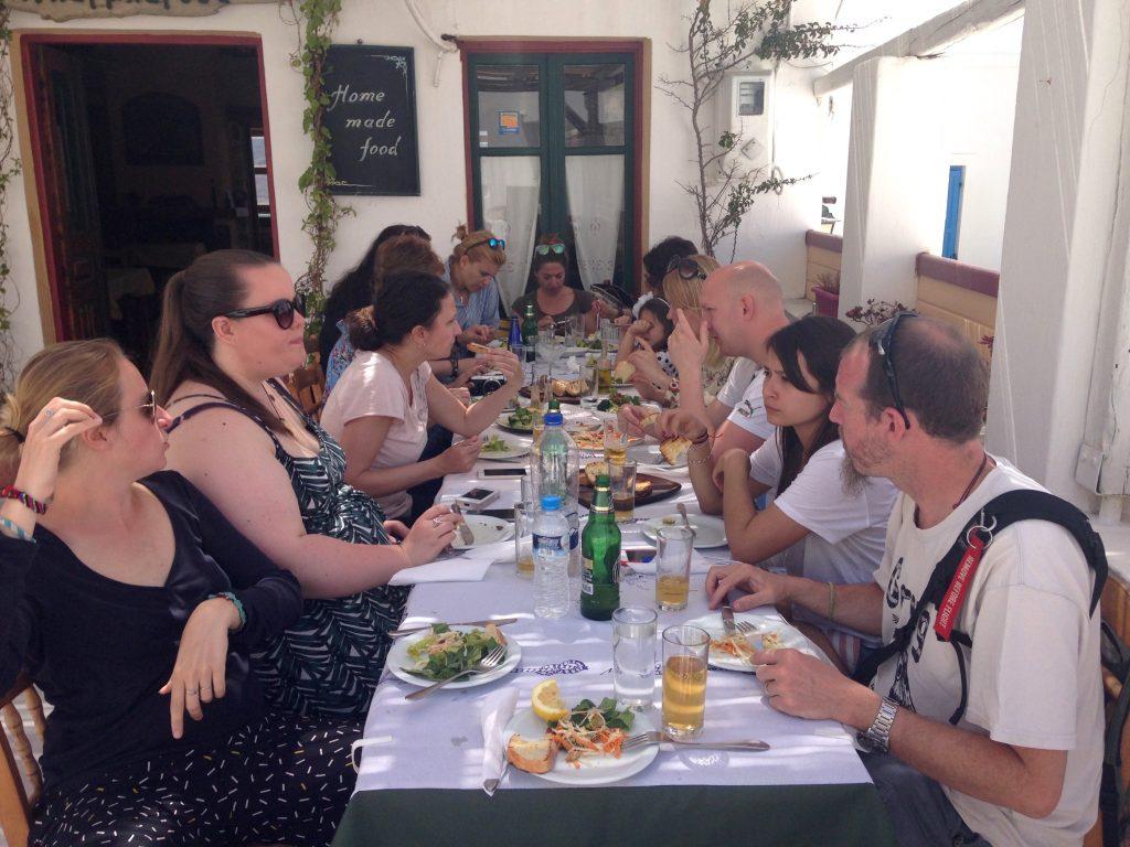 Meine mit Essen beschäftigte ReisebloggerInnen-Familie auf Astypalea