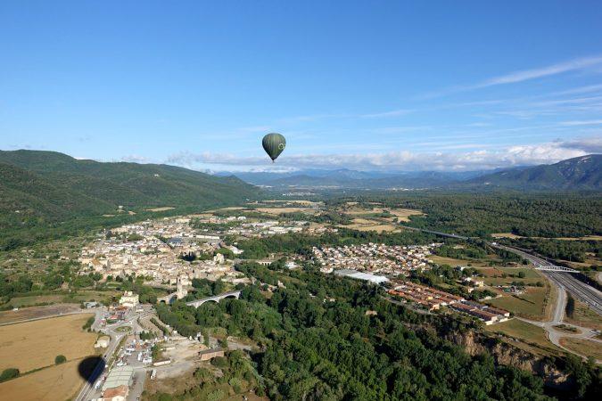 Ausblick vom Heißluftballon auf die Besalú