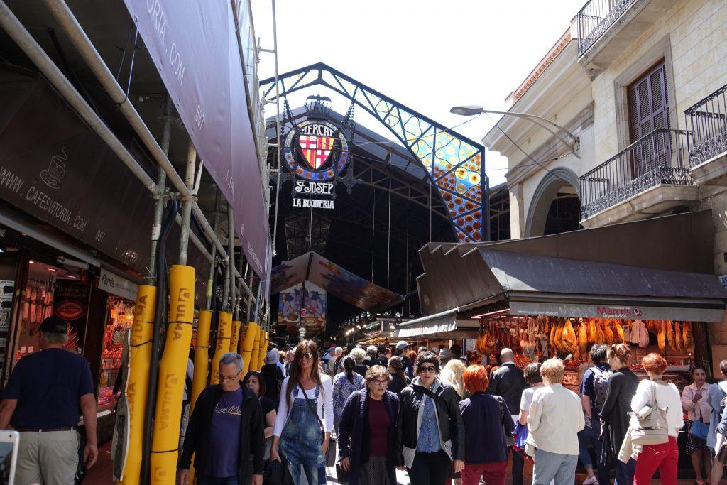 Menschen vor der Markhalle La Boqueria in Barcelona