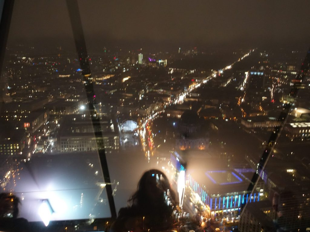 Aussicht vom Fernsehturm in Berlin bei Nacht auf die erleuchteten Straßenzüge