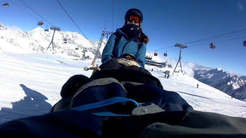Mit dem Biski beim Lift fahren am Stubaier Gletscher in Tirol