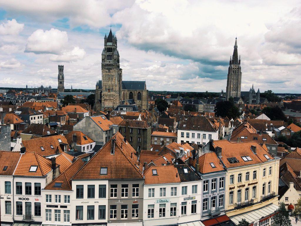 Ausblick auf die mittelalterliche Stadt von Brügge mit 3 Türmen