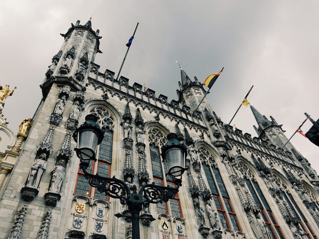 Das Rathaus mit zahlreichen Verzierungen