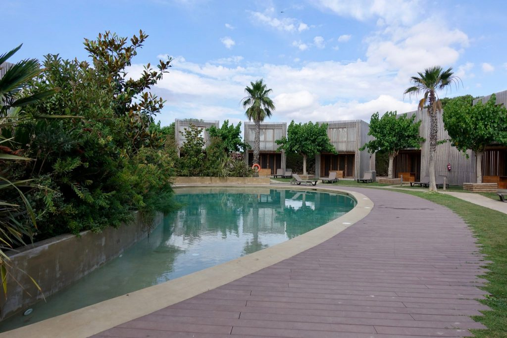 Bungalow im Camping La Ballena Alegre mit Pool im Vordergrund