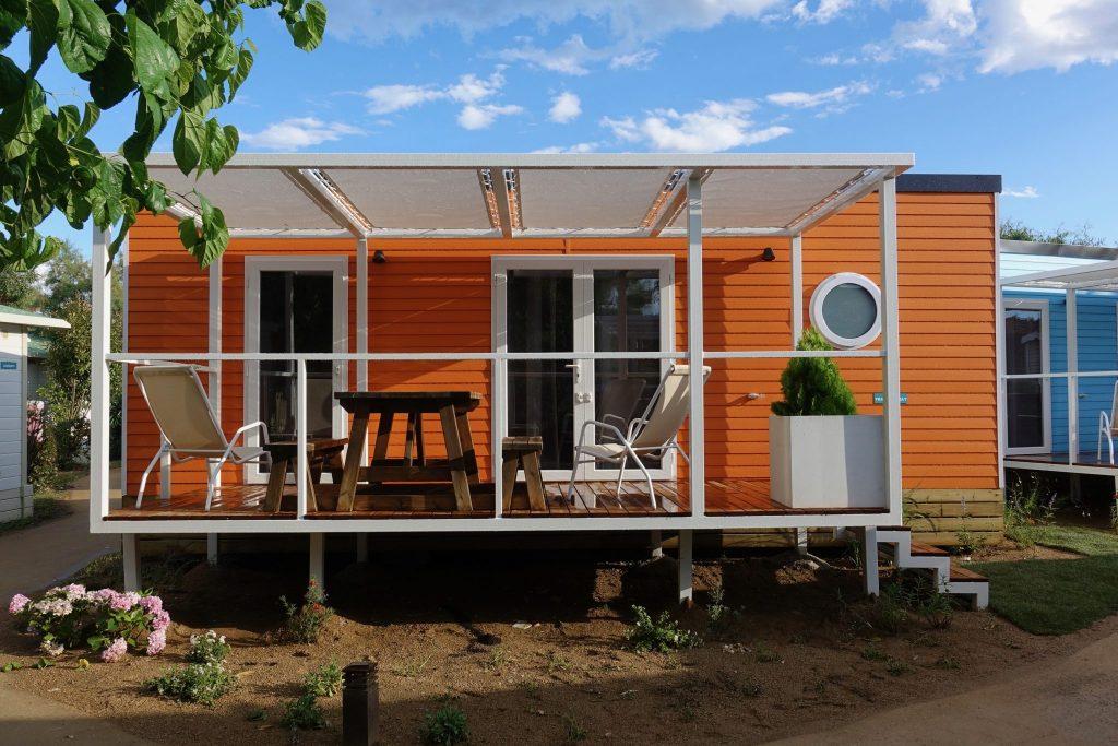 Oranger Bungalow mit Terrasse im Camping Salata