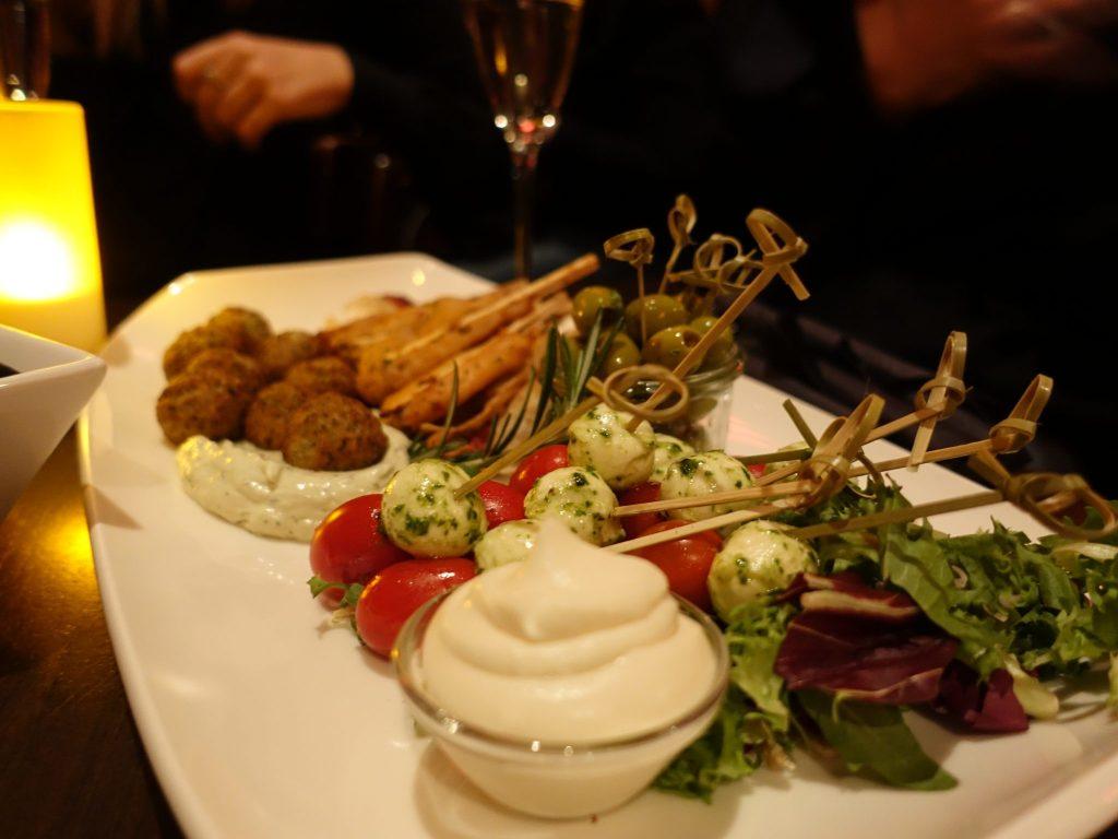Gemischte Platte im Chamäleon Theater in den Hackeschen Höfen: Von Hühnerspieße, über Falafel und Hummus zu Morzarella und Tomaten