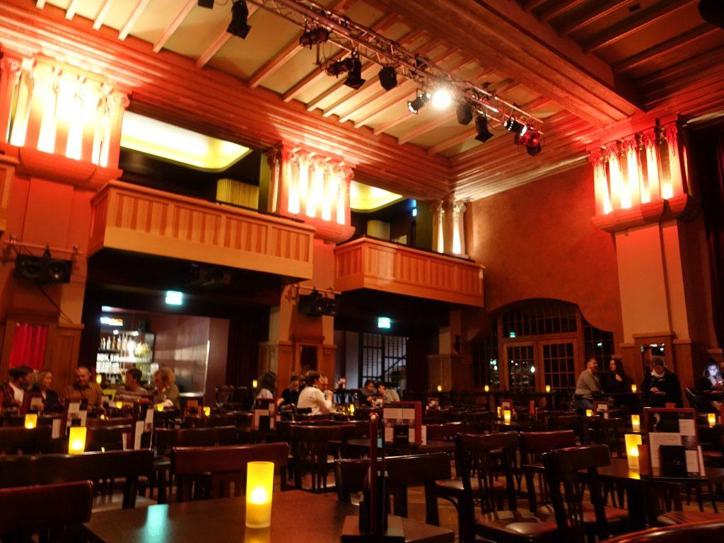 Der rotorange erleuchtete Theatersaal des Chamäleon Theaters in den Hackeschen Höfen