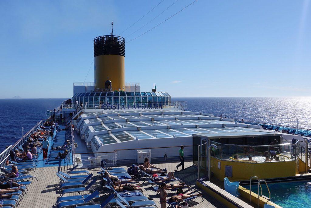 Außendeck der Costa Favolosa auf meiner Kreuzfahrtreise durchs Mittelmeer