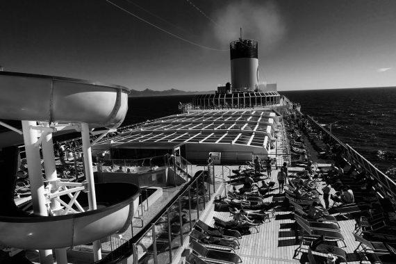 Deck eines Kreuzfahrtschiffs
