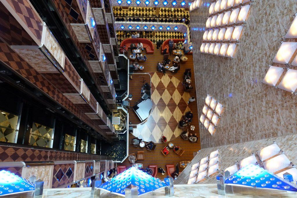 Im Schiffsinneren der Costa Favolosa - Ausblick auf Deck 3 aus einer oberen Etage