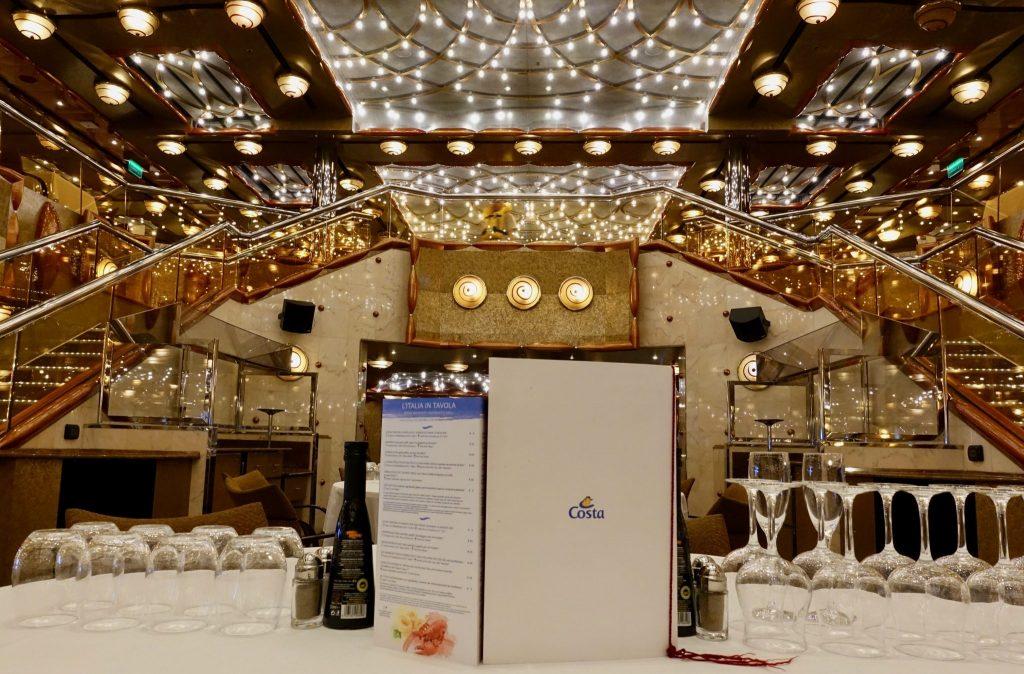 Die weiße Speisekarte und Gläser stehen am gedeckten Tisch im Restaurant
