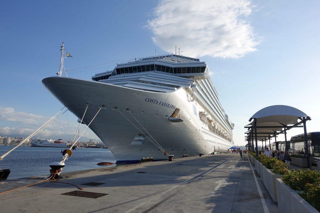 Ein weißes Kreuzfahrtschiff im Hafen