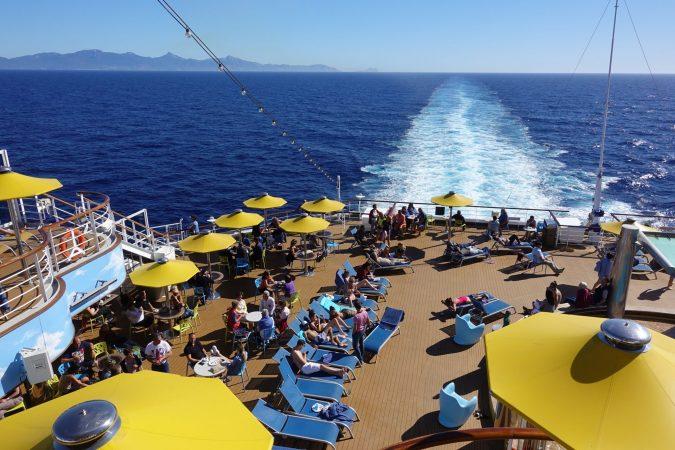 Sonnendeck im Heck eines Kreuzfahrtschiffes