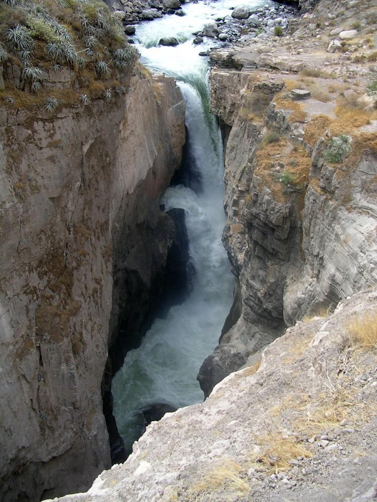 Großer Wasserfall im Cotahuasi Canyon