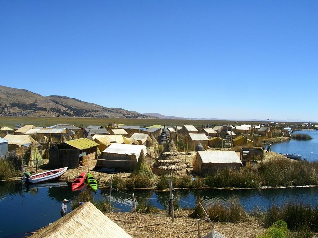 Puno: Häuser auf den schwimmenden Uro-Inseln bei Puno