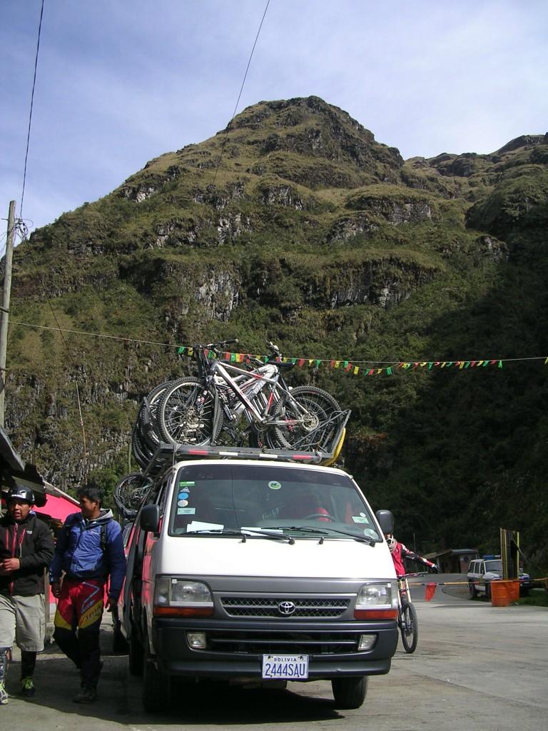 Begleitfahrzeug mit Rädern beim Ausflug in die Yungas