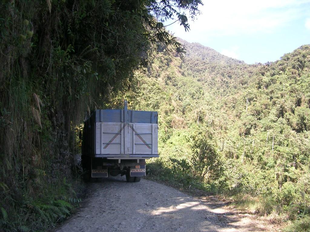 Lastwagen auf der engen Straße des Todes in den Yungas in Bolivien