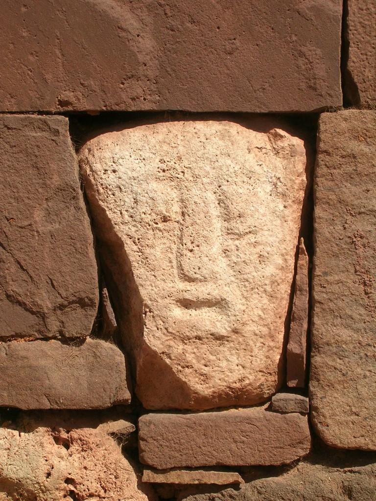 Steingesicht in der Ruinenstätte Tiwanaku in Bolivien