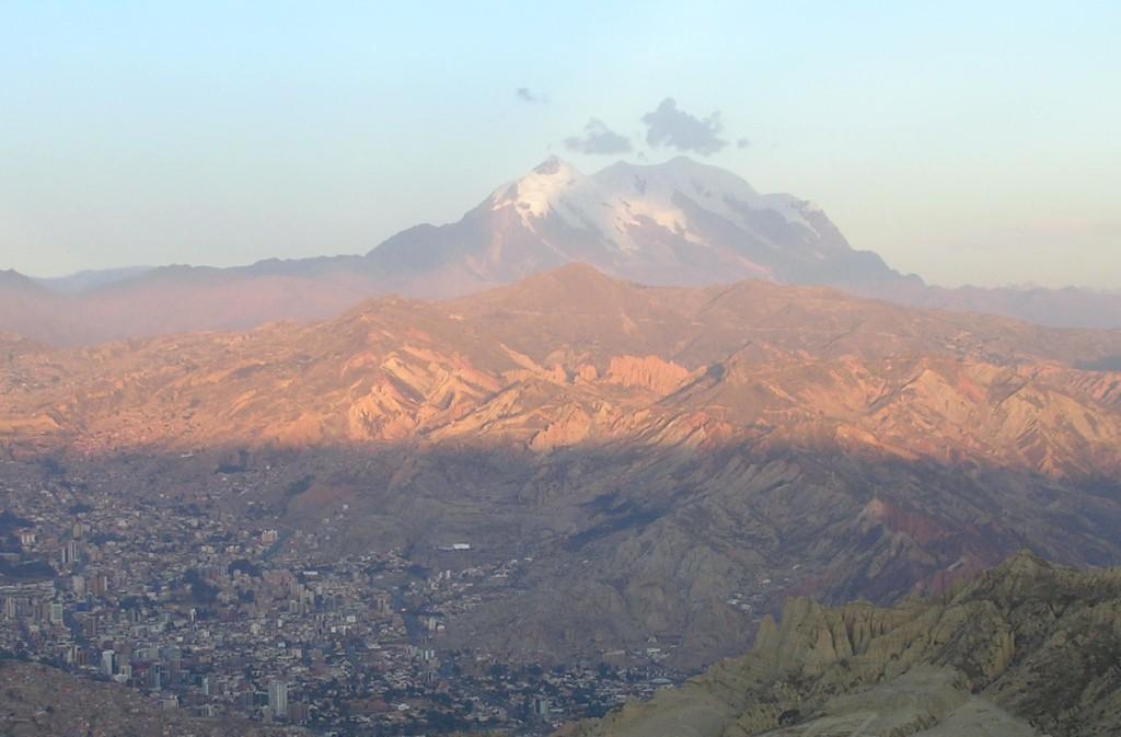 La Paz mit Berg Illimani im Hintergrund