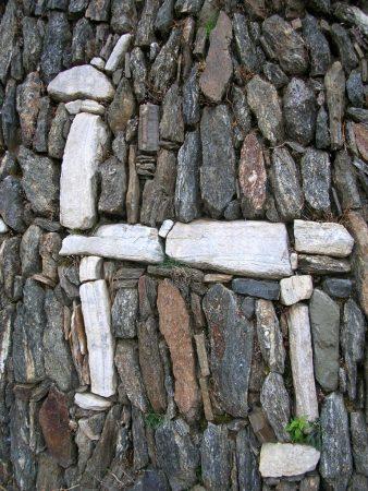 Ein in die Steinterrassen eingearbeitetes Lama in Choquequirao