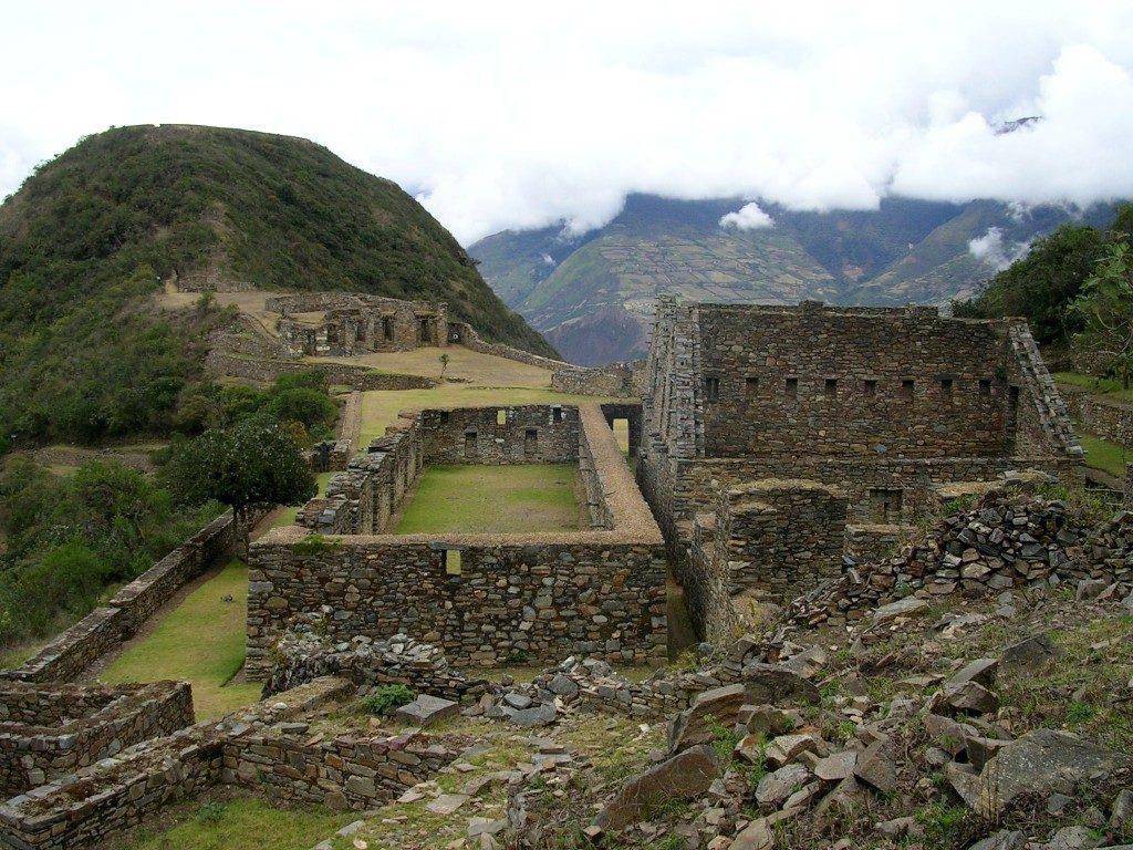 Das gut erhaltene Zentrum der Inkastadt Choquequirao am Bergplateau