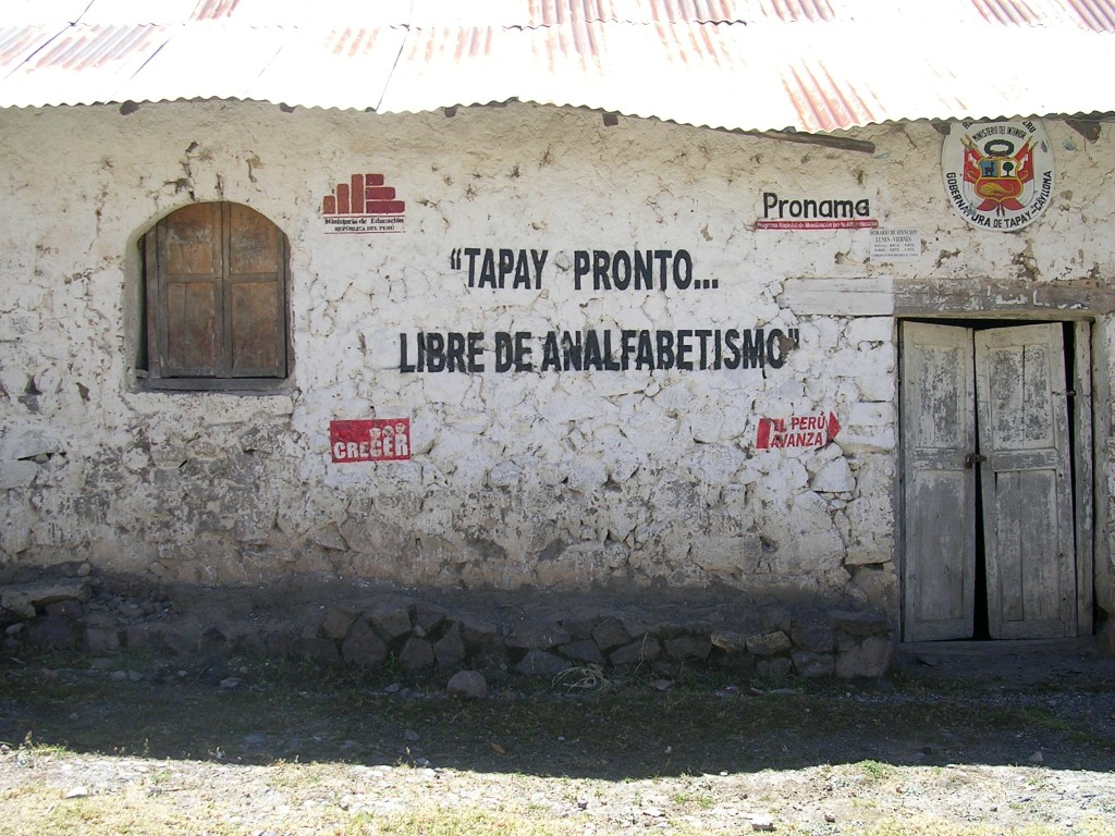 Hausbeschriftung: Tapay ist frei von Analphabetismus