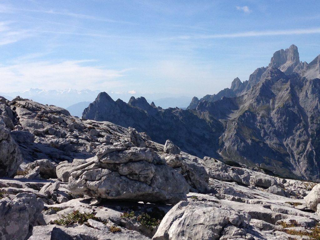 Wunderschöner Ausblick auf die umliegenden Berge und dem Gosaukamm am Weg von der Simonyhütte zur Adamekhütte
