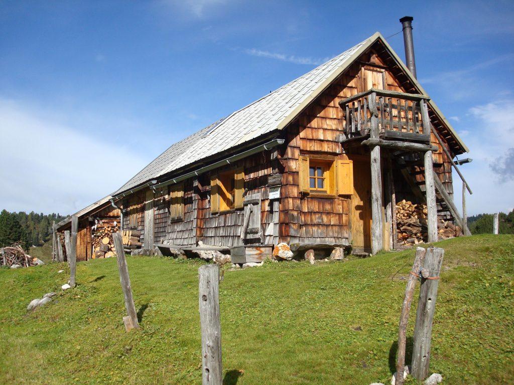 Das Haus der verlassenen Guttenbergalm am Dachsteinrundwanderweg