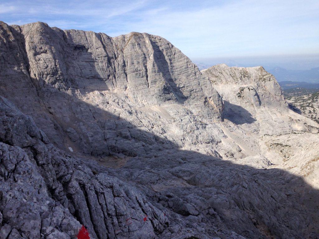 Der steinige Weg entlang der Felswände von der Simonyhütte zur Adamekhütte