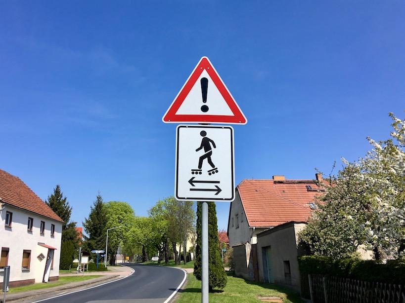 Fläming-Skate: Verkehrsschild Vorsicht Skater