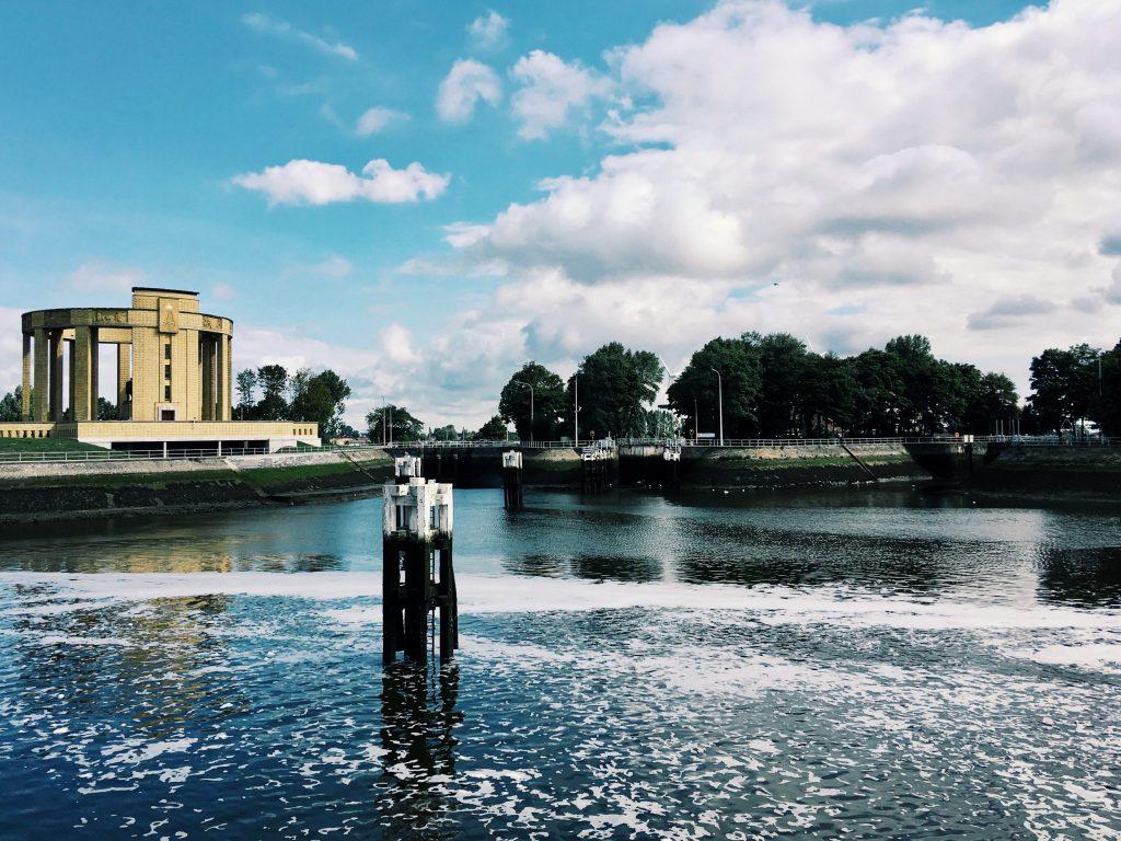 Ein Wasserbecken und ein rundes Denkmal im Hintergrund
