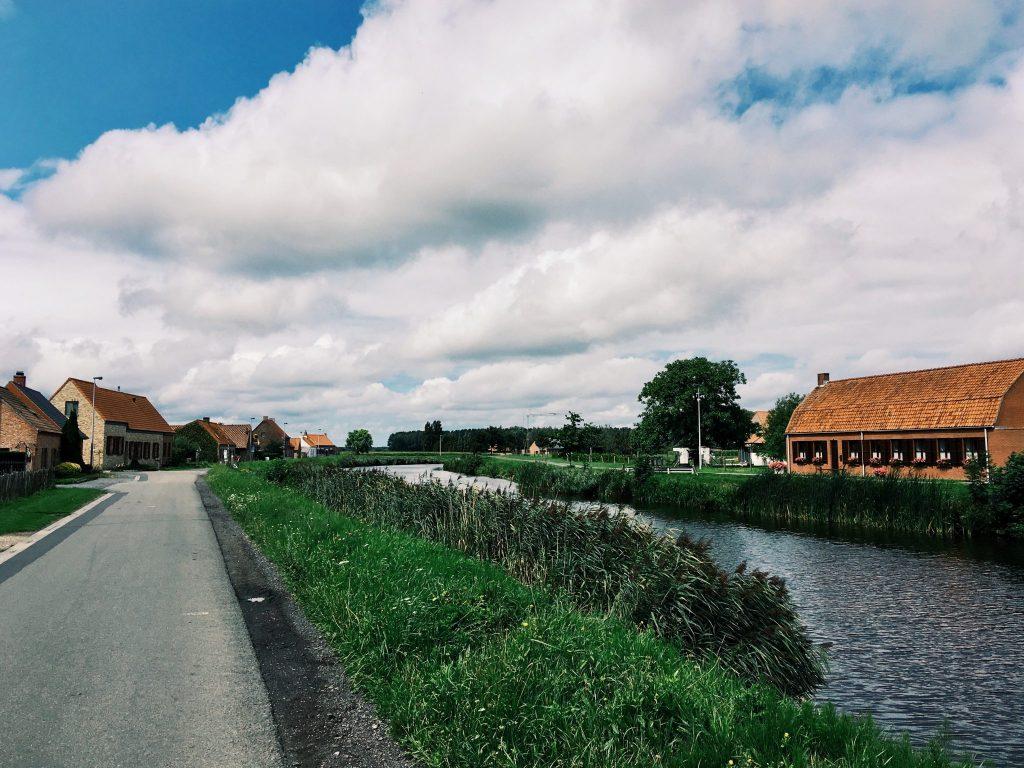 Eine Straße am Kanal mit roten Backsteinhäusern