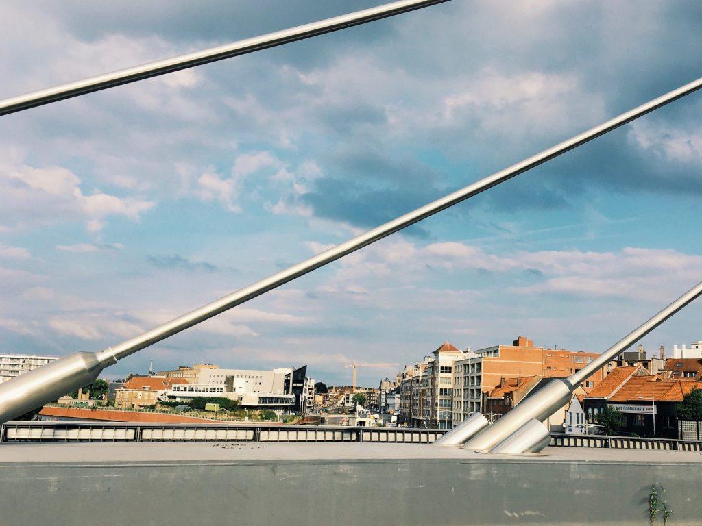 Brückengeländer mit Stadt im Hintergrund in Kortrijk