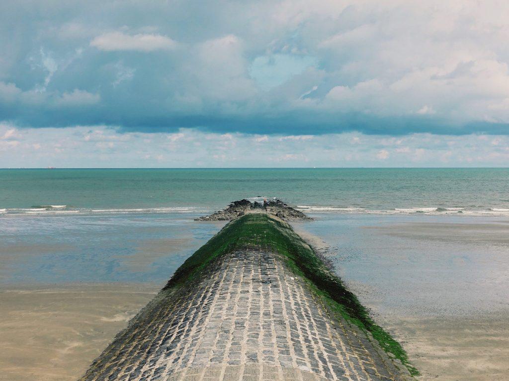 Eine Abgrenzung des Strandes mit Blick auf die blaue Nordsee
