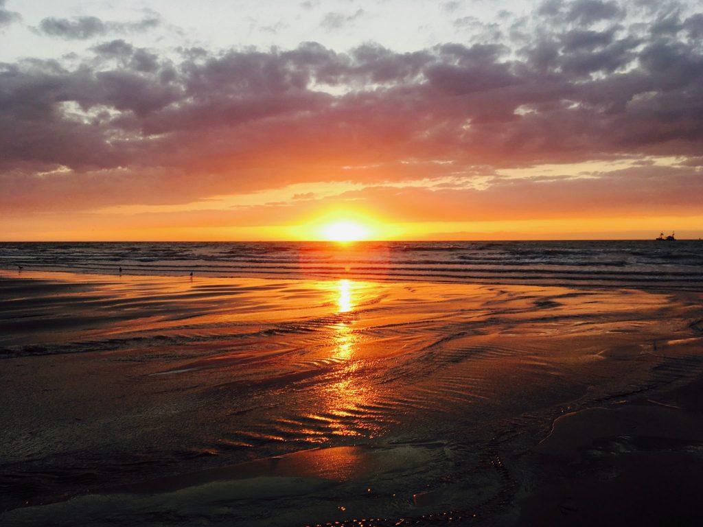 Sonnenuntergang in strahlenden Orangetönen