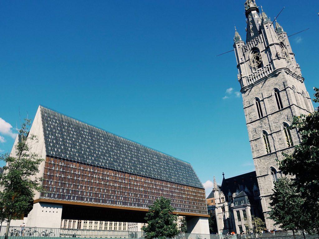 Die offene Markthalle und der hohe Turm des Belfrieds in Gent