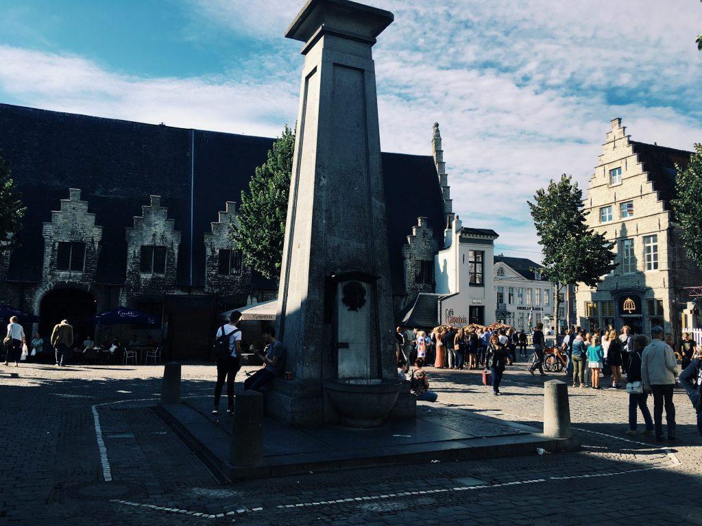 Die Säule des Trinkbrunnen, Menschen, Häuser