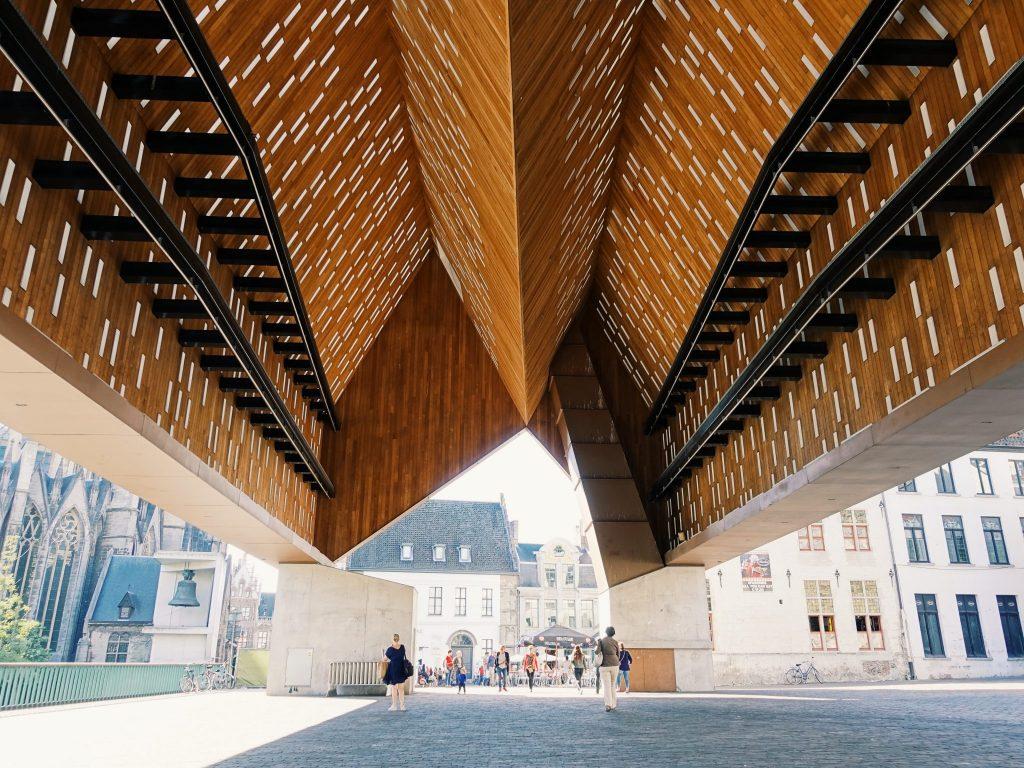 Unter dem Dach der modernen, offenen Markthalle in Gent