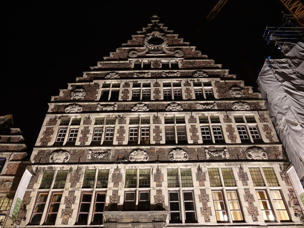 Beleuchtetes Haus an der Graslei in Gent
