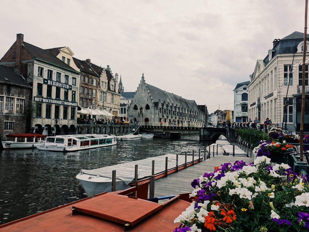 Ein Kanal mit Booten, das Geländer geschmückt mit Blumen