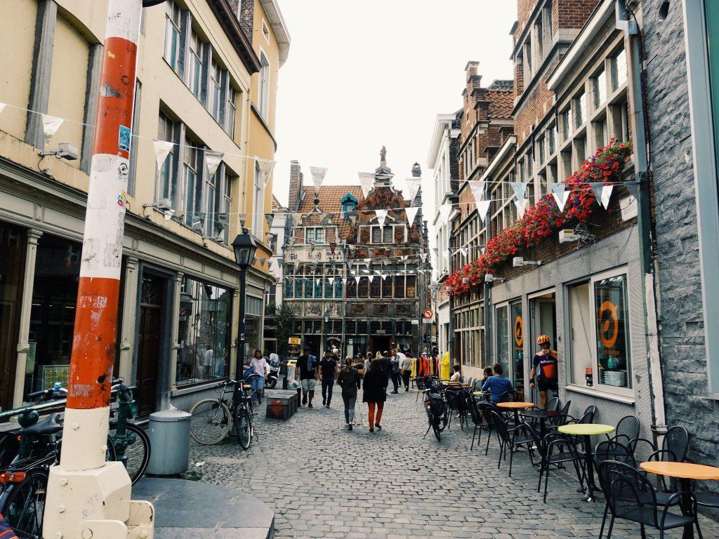 Straße mit Tische, SpaziergängerInnen