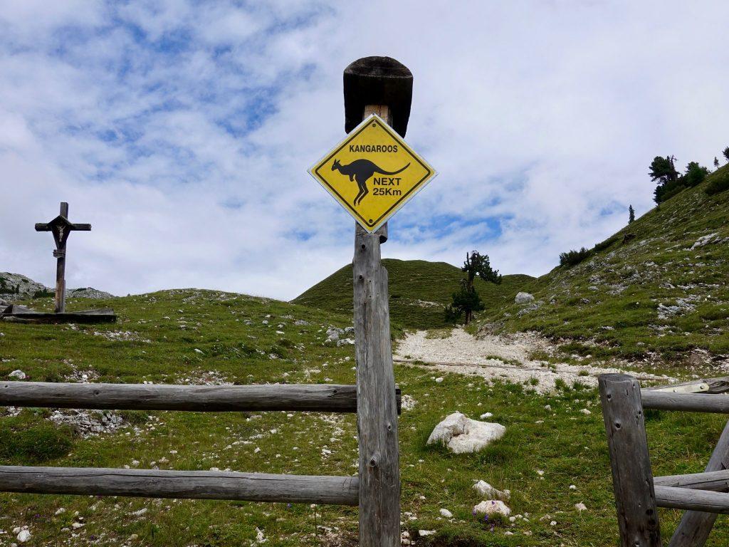Hochpustertaler Höhenweg: Rossalm mit Kanguru-Schild