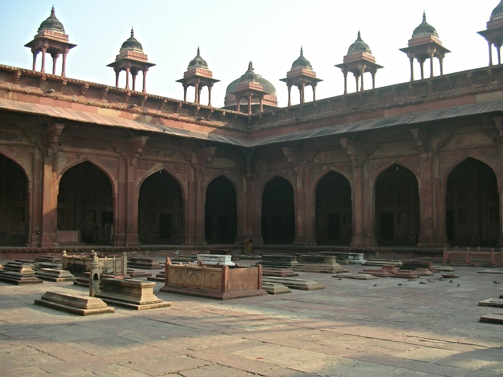 Gräber in der Platz der Jama Masjid Moschee in Fatehpur Sikri