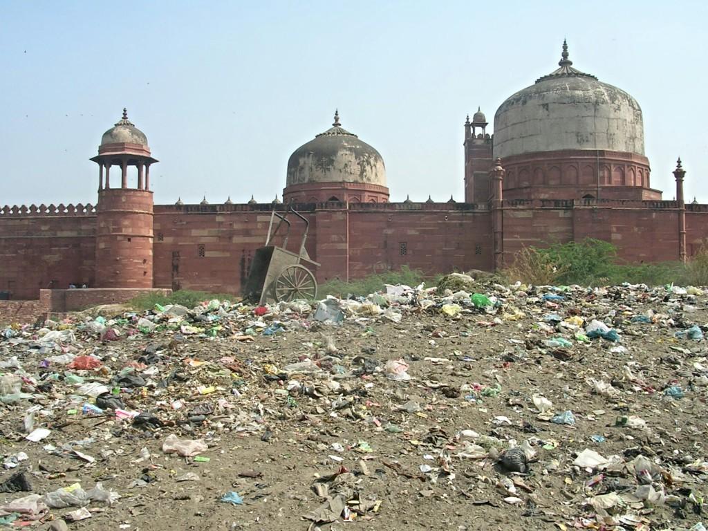 Müllberge hinter der Jama Masjid Moschee in Fatehpur Sikri