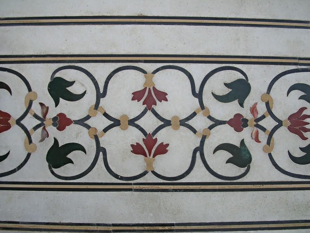 Wandfliesen mit Blumen im Taj Mahal