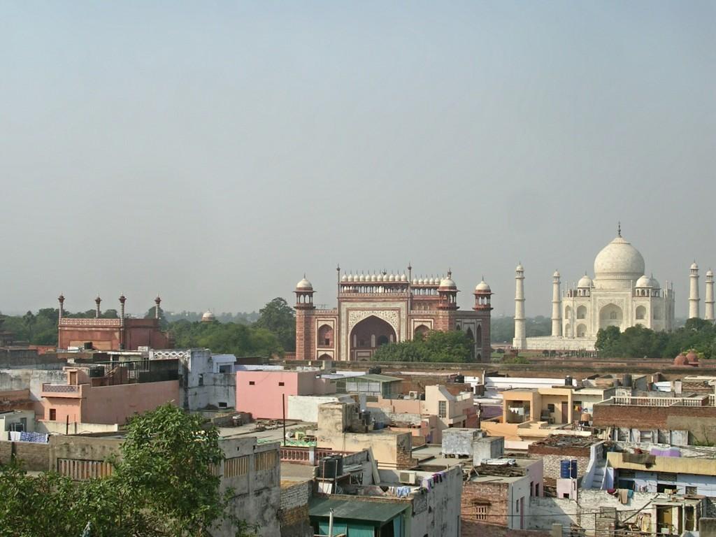 Taj Mahal in Agra von der Ferne