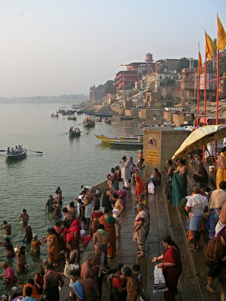 Rituelle Reinigung am Morgen im Ganges in Varansi
