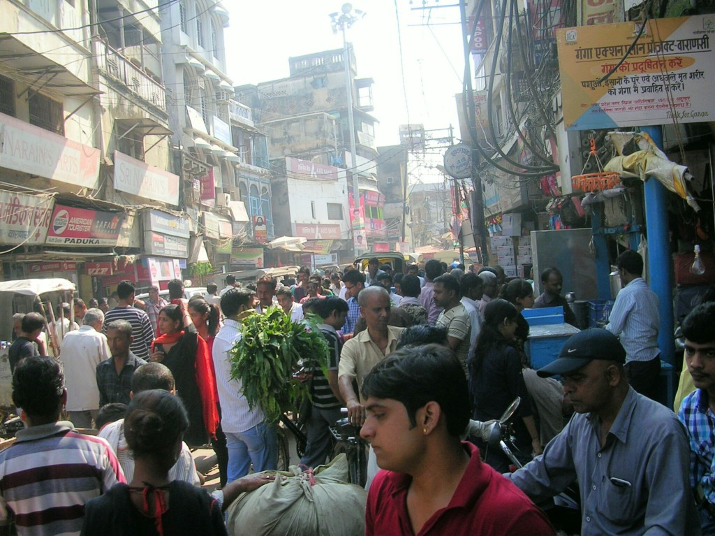Menschenmassen am Markt in Varanasi