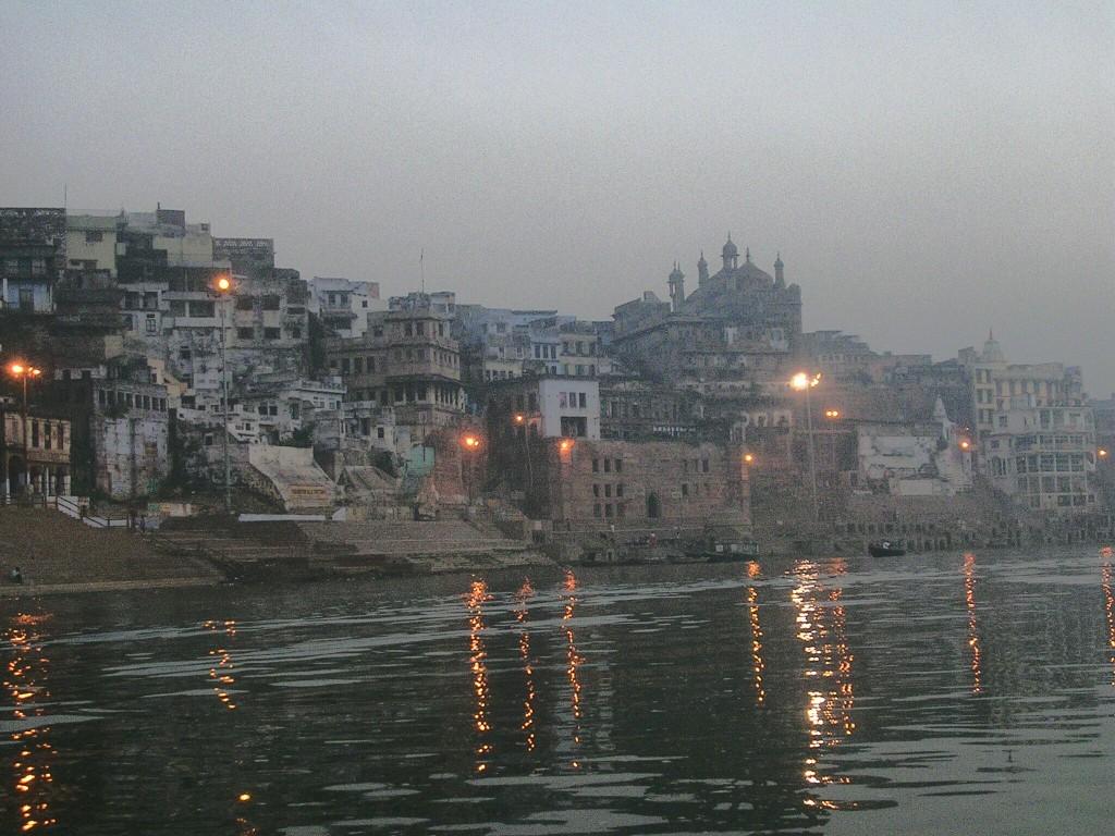 Ghat in Varanasi vor Sonnenaufgang