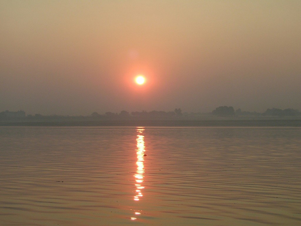 Sonnenaufgang am Ganges in Varansi